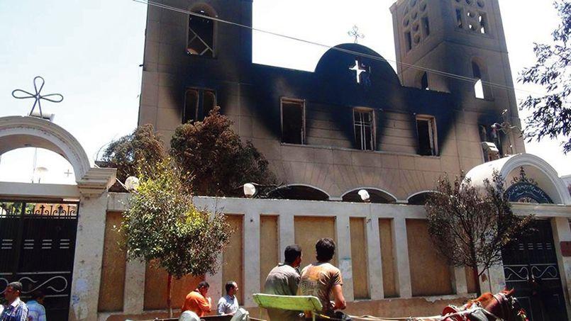Église copte incendiée à Minya, sur les bords du Nil, à 250km au sud du Caire, mercredi.