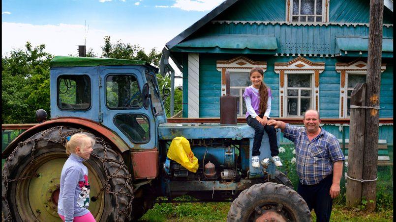 Au bord du lac Volga, il est difficile de ne pas tomber sous le charme d'une famille russe. iIci, dans le village de Selishche.