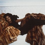 Grace Jones alanguie sur des fourrures Fendi