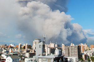 Une colonne de fumée de 5000 mètres a jailli du volcan.