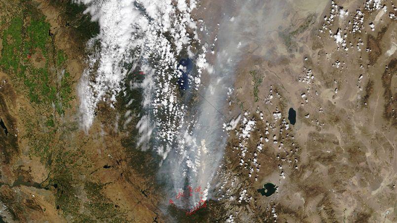 La NASA a diffusé cette photo satellite de Rim Fire et de son panache de fumée.