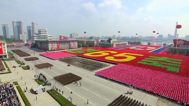 LONGUE VIE! Des dizaines de milliers de soldats se sont rassemblés en longues colonnes parfaitement alignées sur l'immense place Kim Il-sung, au coeur de la capitale Pyongyang, devant des centaines de milliers de civils qui portaient des fleurs au couleur du drapeau national, à l'occasion du 65e anniversaire de la fondation du régime. Le numéro un nord-coréen, Kim Jong-Un, a été salué par les applaudissements habituels et les cris «Mansei» («Longue vie!») lors de son arrivée sur l'estrade.