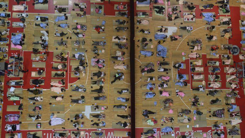 ENFANT ROI. Les parents des nouveaux entrants de l'Université de Wuhan, dans le centre de la Chine, dorment dans le gymnase du campus. Comme chaque année, ils étaient plusieurs centaines à accompagner leurs enfants, étudiants en première année, pour leur premier jour d'école.