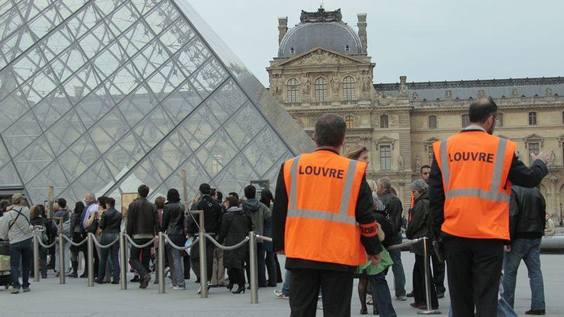 Agents de sécurité devant la Pyramide du Louvre.
