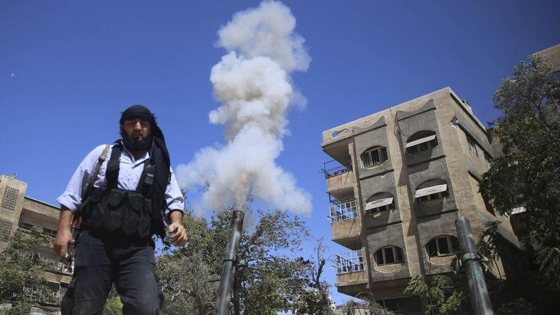 Un rebelle manie un mortier, à Jobar, dans la banlieue de Damas, le 15septembre.