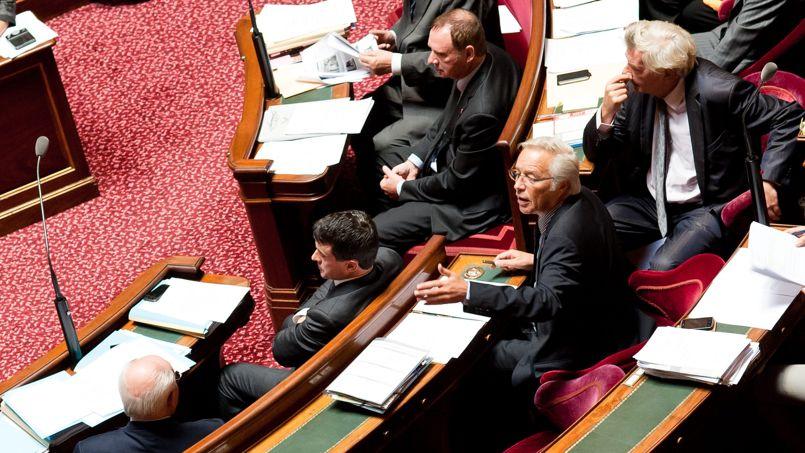 Le président du groupe PS au Sénat, François Rebsamen (ici derrière le ministre de l'Intérieur, Manuel Valls), a mené la fronde des sénateurs socialistes contre le projet de loi.