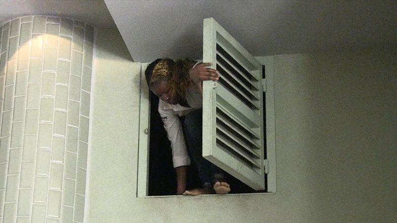 Une femme s'échappe du centre par un conduit d'aération.