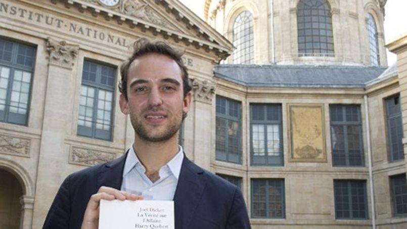Joël Dicker pose devant l'Académie française avec <i>La Vérité sur l'affaire Harry Quebert</i>, lauréat 2012 du Grand prix du roman.