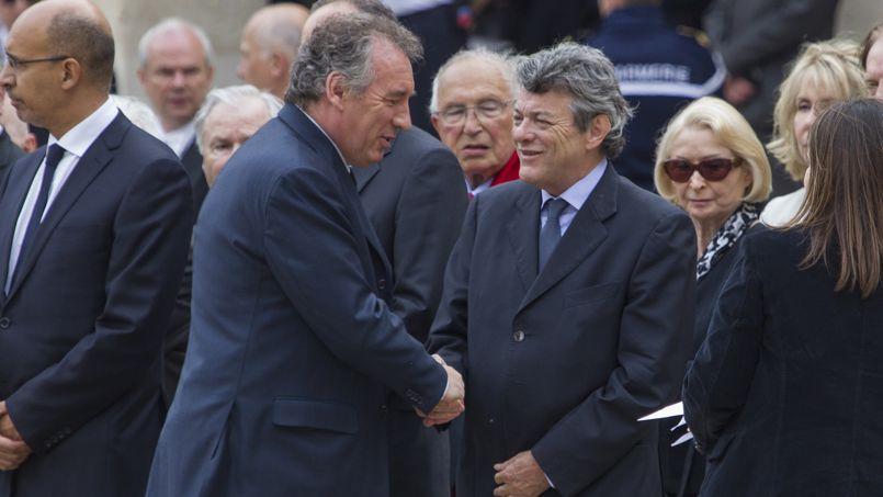 François Bayrou salue Jean-Louis Borloo lors de l'hommage à Pierre Mauroy, le 11 juillet dernier aux Invalides.