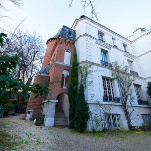 Près de l'avenue Foch, dans le XVIe, cet hôtel particulier de 245m² à rénover, situé dans une villa privée, a été vendu, après négociation, 4,3M€ par Consultants Immobilier.