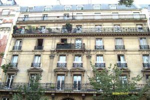 Dans cet immeuble du XIe arrondissement, situé avenue de la République près du métro Père Lachaise, un 3 pièces de 55m² a récemment a été vendu 430.000€ par l'agence Foncia République.