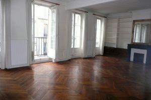 Rue Blanche, dans le IXe, cet appartement de 60m² avec balcon, situé au 2e étage d'un immeuble sans ascenceur, est parti à 512.400€ via Century 21.
