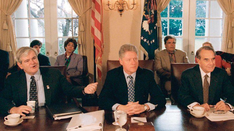 Le président américain, Bill Clinton (au centre), lors d'une rencontre avec le représentant républicain de Géorgie, Newt Gingrich(à gauche), et le leader républicain du Sénat, Bob Dole, le 31 décembre 1995, à Washington.