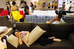 Une cliente fatiguée fait la sieste sur un canapé d'exposition
