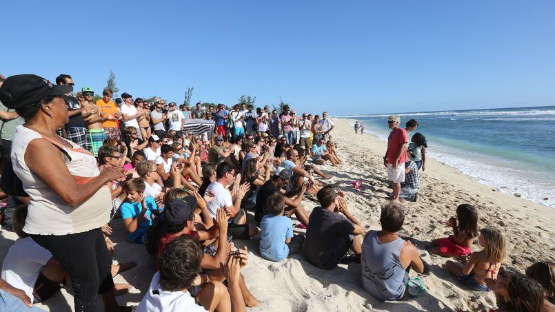 Un groupe de personnes sur une plage de la Réunion.