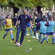 Un match de foot dans les jardins de la reine