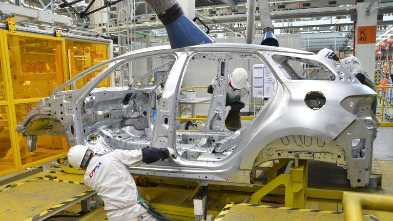 Des ouvrier assemblent une voiture dans une usine chinoise de PSA Peugeot Citroën, le 28 septembre 2013.