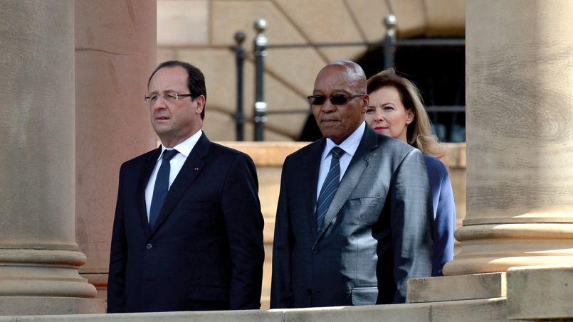 François Hollande, sa compagne Valérie Trierweiler et le président sud-africain Jacob Zuma, ce lundi.