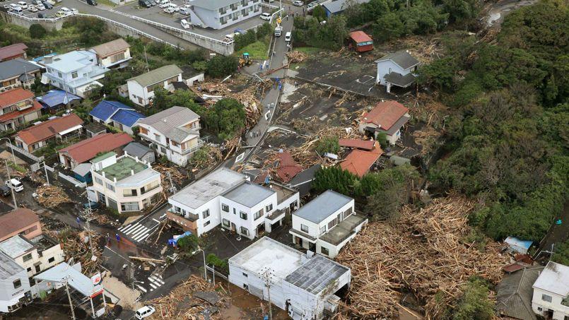 Plusieurs maisons ont été emportées sur la petite île d'Oshima au sud de Tokyo.