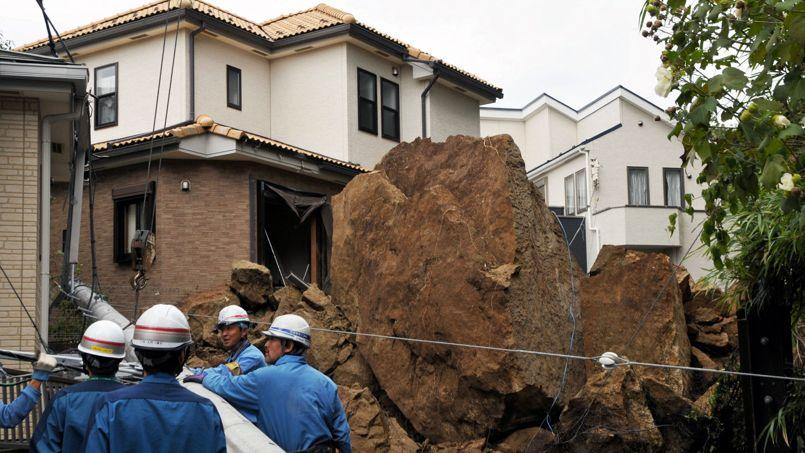 Une maison endommagée dans la banlieue de TOKYO.