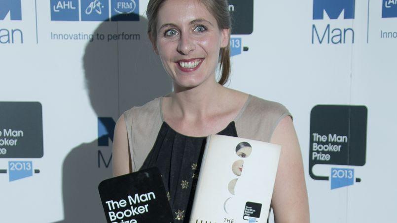 Eleanor Catton avec son prix, mardi 15 octobre 2013.