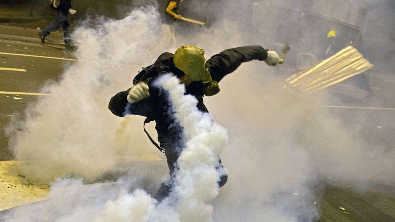 À l'issue d'une manifestation pacifique d'enseignants mardi à Rio de Janeiro, des affrontements violents ont opposé manifestants radicaux et policiers.