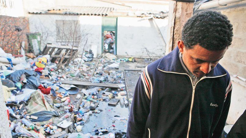 Un immigrant éthiopien dans la cour de House Africa, un squat occupé par des réfugiés dans le centre de la ville de Calais en 2009.