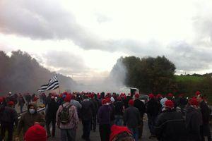 Les manifestants portent un bonnet rouge en mémoire de la révolte des bonnets rouges bretons contre la fisclaité au XVIIème siècle.