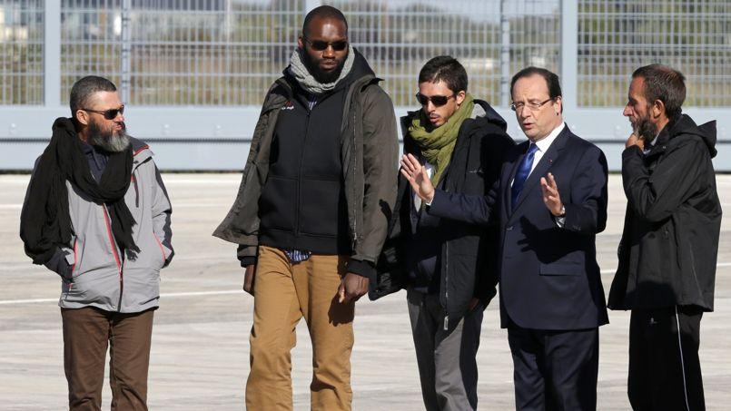 François Hollande sur le tarmac de Villacoublay en compagnie des ex-otages français.