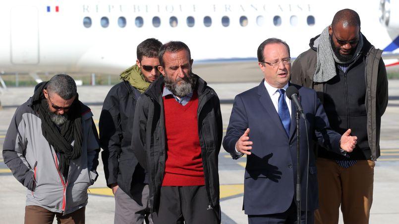 Les quatre anciens otages, lors du discours de François Hollande à Villacoublay