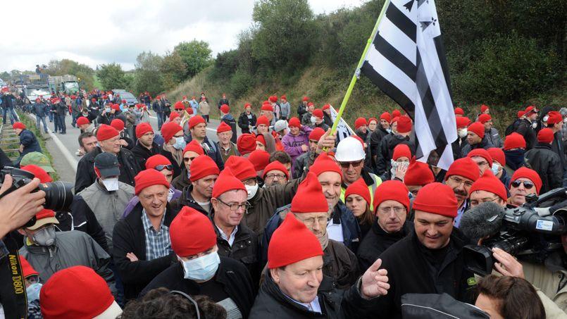 Des manifestants coiffés de bonnets rouges, samedi 26 octobre, à Pont-de-Buis-lès-Quimerch.