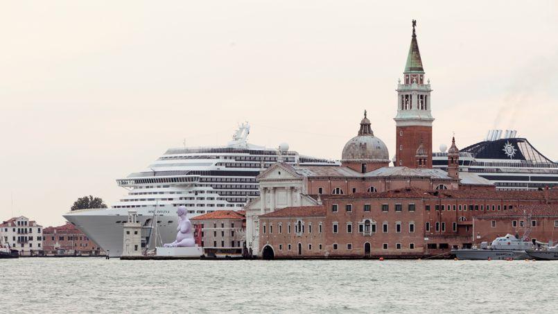Venise sur le bateau. Impossible ou presque de distinguer les structures d'acier de cet immense paquebot et la splendide architecture de Venise, ville désormais en guerre contre le tourisme de masse. Les chiffres parlent d'eux-mêmes: entre 1997 et 2012, le nombre de navires de croisière dans les eaux de la Sérénissime est passé de 206 à 661, avec une hausse de 2,5 % attendue en 2013. Rien que l'an dernier, ils ont transporté quelque 1775 000 touristes sur le canal de la Giudecca, qui ouvre sur la place Saint-Marc. En toute illégalité, puisque le gouvernement italien fixe à 40 000 tonnes maximum le poids d'un bateau traversant Venise. Loin des 114 000 tonnes en moyenne d'un bateau de croisière...