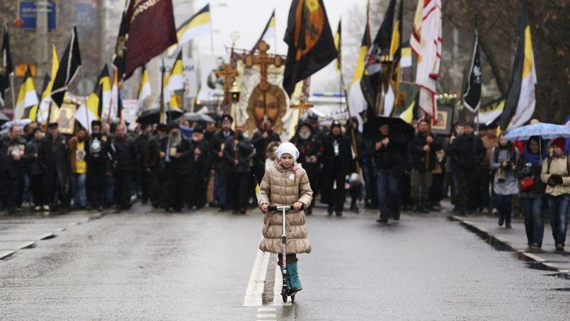 TENSIONS. Des milliers de nationalistes russes ont commencé à défiler ce lundi à Moscou lors d'une manifestation annuelle contre la présence d'immigrés d'ex-républiques soviétiques. La marche s'est déroulée dans un contexte de tensions, trois semaines seulement après de violentes émeutes anti-immigrés provoquées par le meurtre d'un jeune Russe tué par un Azerbaïdjanais à Birioulevo, un autre quartier du sud de la capitale.