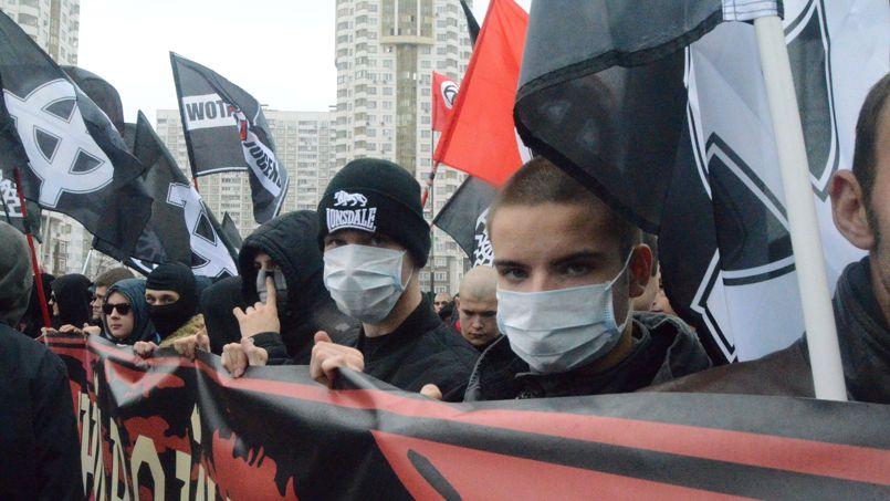 RUSSIE. Plusieurs milliers de nationalistes russes et militants d'extrême droite ont défilé lundi en Russie à l'occasion du Jour de l'unité du peuple, la fête nationale russe. À Moscou, ils étaient entre 10.000 et 15.000 rassemblés dans le quartier de Lioublino. Cette manifestation a eu lieu dans une atmosphère de tension, seulement trois semaines après de violentes émeutes anti-immigrés provoquées par la mort d'un jeune Russe, tué par un Azerbaïdjanais.