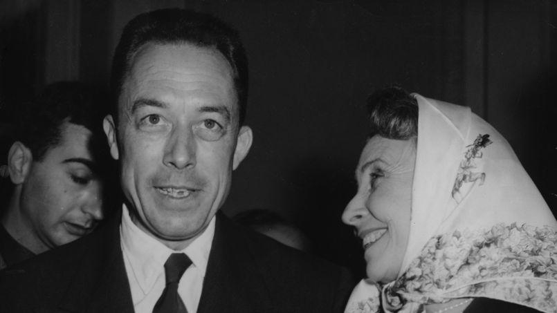 Albert Camus est félicité par l'actrice Madeleine Renaud lorsqu'il reçoit le prix Nobel de littérature en 1957, trois ans avant sa mort.