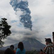 Indonésie: des villages évacués suite à l'éruption d'un volcan