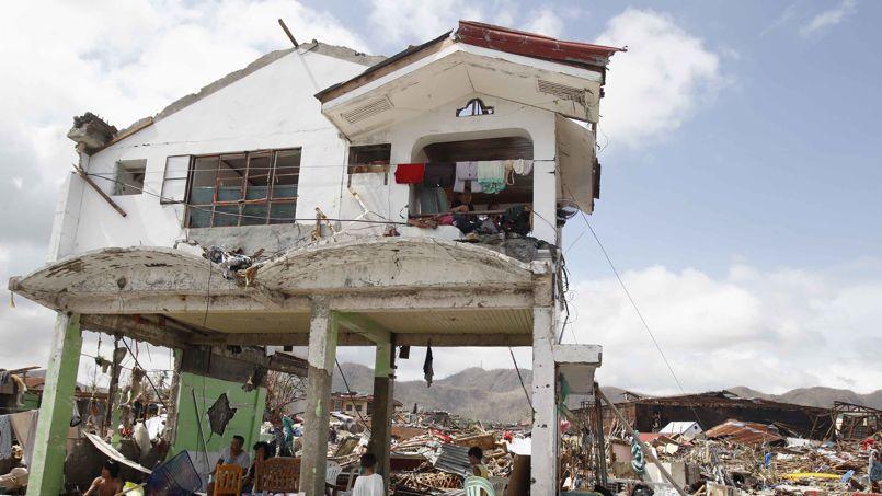 Rasée. Rien ne lui a résisté. Trois jours après le passage du puissant typhon Haiyan sur les Philippines, les habitants de la ville de Tacloban errent dans un paysage de maisons fracassées, de carcasses d'automobiles et d'arbres déracinés. Cette ville de 220000 habitants, située à environ 580 kilomètres au sud-est de Manille, enregistre le plus lourd bilan du pays, avec près de 10.000 tués. Les Nations unies ont prévenu qu'il fallait «s'attendre au pire» pour le bilan final.
