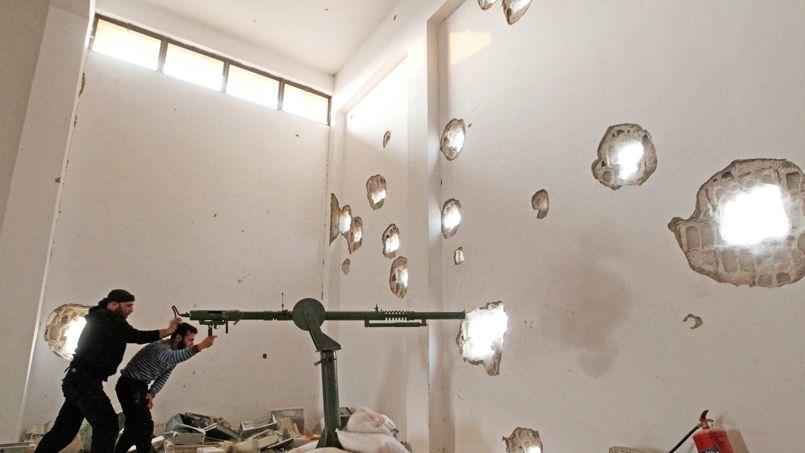 PÉTOIRE DE FORTUNE.En faction derrière leur canon fabriqué avec les moyens du bord, ces deux combattants de l'Armée syrienne libre guettent le passage de soldats loyalistes de Bachar el-Assad. Ici, à Raqqa, la grande ville du Nord, comme dans le reste du pays, la guerre civile s'enlise dans la violence quotidienne et l'absurdité. Pour les derniers habitants encore présents, la vie est un enfer. C'est à Raqqa que Nicolas Hénin, reporter, et Pierre Torres, photographe, ont été enlevés le 22 juin.