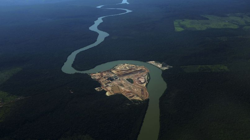 Construction d'un barrage hydroélectrique sur un confluent de l'Amazonie, le fleuve Tél Pires. Ce chantier à nécessité le déboisement de plusieurs milliers de mètres carrés d'arbres en pleine forêt humide.