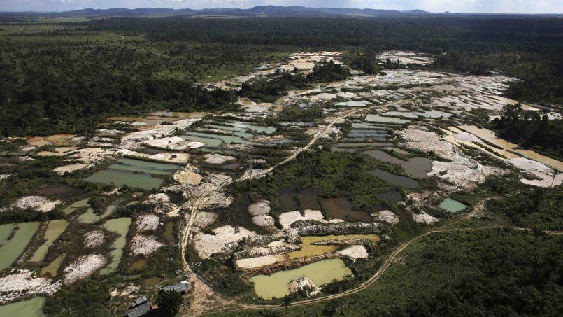 Près du village de Dos Castelo Sonhos, une mine d'or a été découverte par les autorités locales. En plus du déboisement sauvage d'une partie de la forêt humide, les sols sont totalement pollués par les produits chimiques utilisés pour la recherche de pépites d'or.