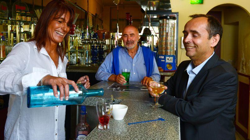 <strong>Robert Ménard </strong>(à droite).<strong></strong> Selon un sondage, il talonnerait la liste UMP au premier tour de l'élection municipale, devançant de 17 points le candidat socialiste.