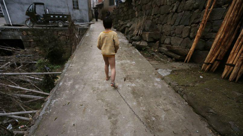Enchainé. Cet enfant de 11 ans, atteint de troubles mentaux depuis de nombreuses années, est enchainé par sa propre famille. Il ne dispose que de quelques mètres pour marcher, autour de son maison, dans la province de Zhejiang en Chine. Une façon de le protéger et de ne pas effrayer les habitants du village. Ce drame met en lumière la situation des malades mentaux en Chine, la plupart du temps laissés pour compte. En 2010, ils étaient 16 millions pour seulement 20.000 psychiatres.