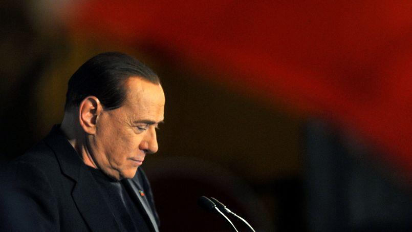 Chassé. L'ex-chef du gouvernement italien Silvio Berlusconi a été déchu mercredi 27 novembre de son poste de sénateur. En vertu de la toute nouvelle loi Severino, votée en 2012, tout parlementaire condamné à plus de deux ans de prison doit être privé de mandat et est inéligible pendant 6 ans. Or, l'ancien président du Conseil italien, a été condamné en août à 4 ans de prison dont 3 ont été amnistiés pour fraude fiscale, dans l'affaire Mediaset.