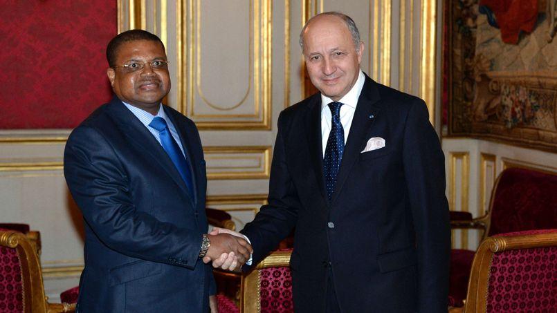 Le premier ministre centrafricain, Nicolas Tiangaye, avec le ministre français des Affaires étrangères, Laurent Fabius, lundi à Paris.