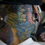 L'interdiction des tatouages de couleur conduit la profession à l'Assemblée