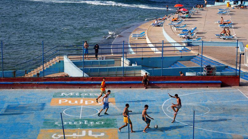 Une partie de foot endiablée le long du boulevard de la Corniche.