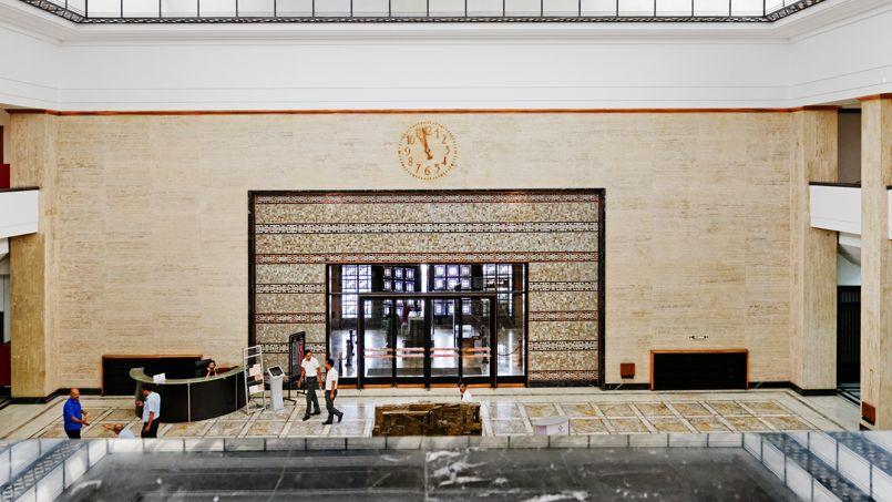 La banque Al-Maghrib (la Banque du Maghreb) de style Art déco a des allures de musée avec son portail en fer forgé et cuivre de 11 tonnes.