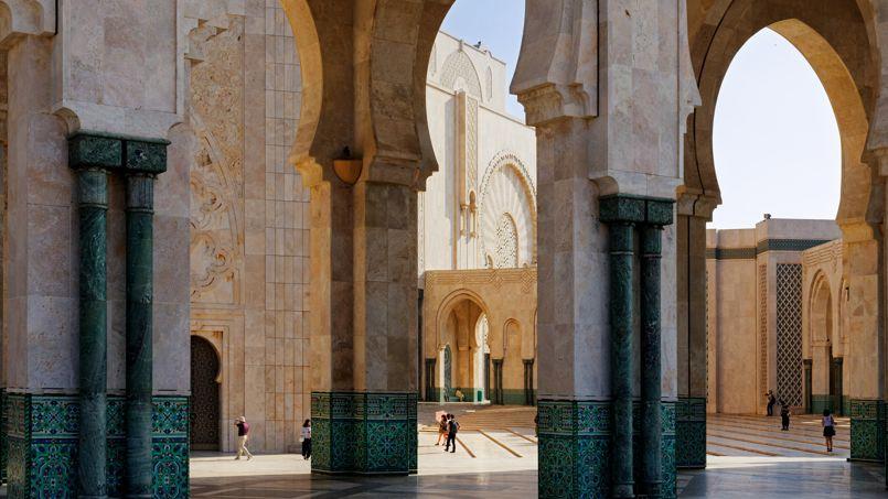 Entre 1986 et 1993, 10 000 ouvriers et artisans ont participé à la construction de la gigantesque Mosquée Hassan II.