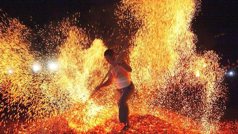 Charbons ardents. Marcher sur des braises ou sauter à travers les flammes est une tradition partagée par de nombreux peuples. En Chine, dans la région de Pan'an, dans la province de Zhejiang, cette cérémonie est appellée Lianhuo, «marche sur le feu». Considéré comme un «monument culturel majeur» par les autorités provinciales, ce rituel de purification symbolise le passage d'un monde à un autre. En traversant pieds nus ce tapis ardent, les participants espèrent chasser les mauvais esprits et attirer à eux la chance et la prospérité. Dans ce rite spectaculaire, la préparation mentale et physique permet de ne pas sentir la morsure du brasier. Mais gare aux tièdes et aux amateurs! Ils risquent de finir aux urgences…