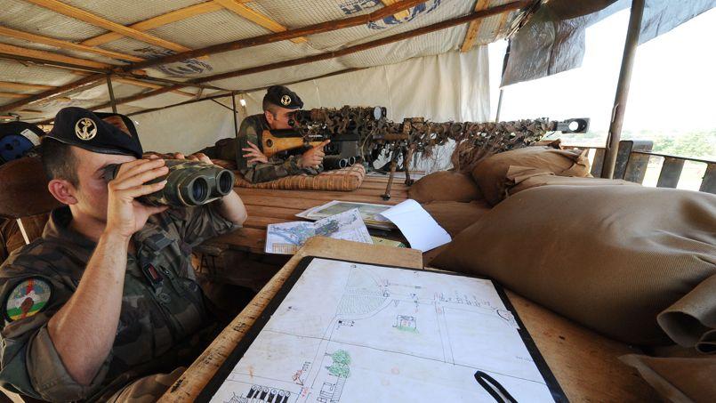 Des militaires français sécurisent l'aéroport de Bangui, le 1er décembre.